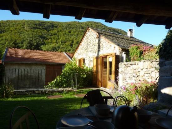 Petite maison indépendante, avec une terrasse privative et un abri de jardin.