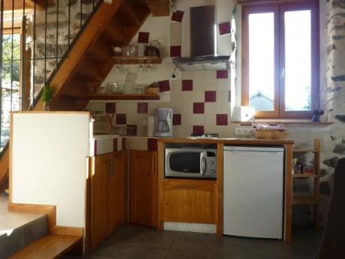 La cuisine du gite est lumineuse, bien équipée et fonctionnelle
