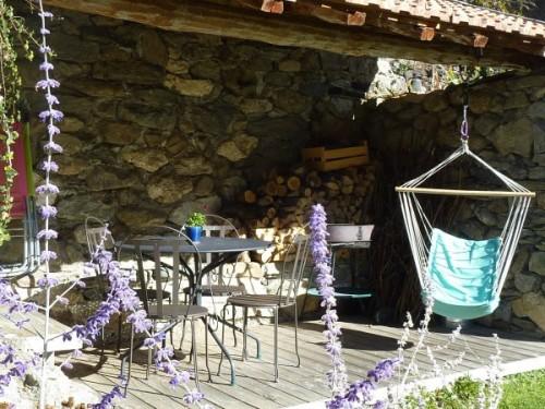 Une belle terasse, de la pelouse, un barbecue, parasol et transats pour vos vacances ...