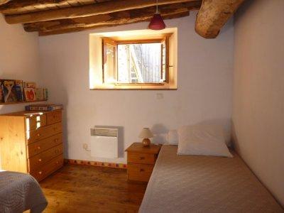 La chambre enfants de notre location en montagne : les boiseries donnent une ambiance très chaleureuse
