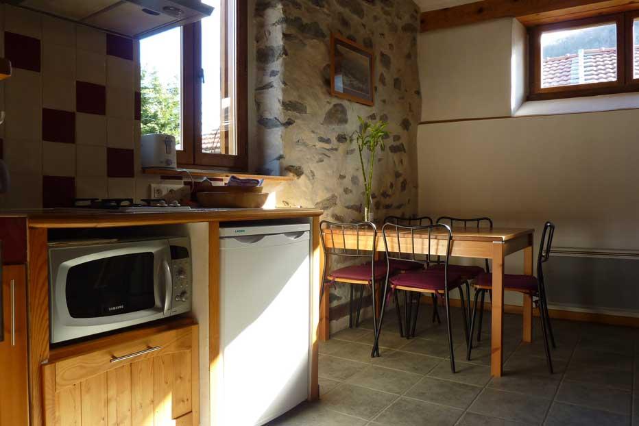 La cuisine et le coin repas du gîte, 3épis et 3* Gites de France Ariège