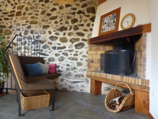 Une cheminée et une banquette, pour passer de bons moments au coin du feu pendant vos week-end ou  vacances