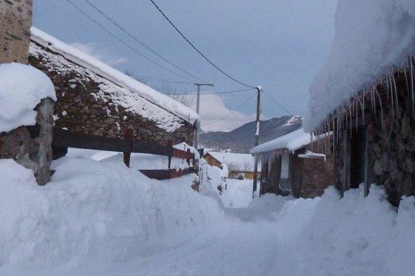 Fin de journée en montagne, le village est dans la neige !