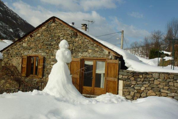 Un joli bonhomme de neige sur la terrasse du gîte, souvenir de vacances en montagne