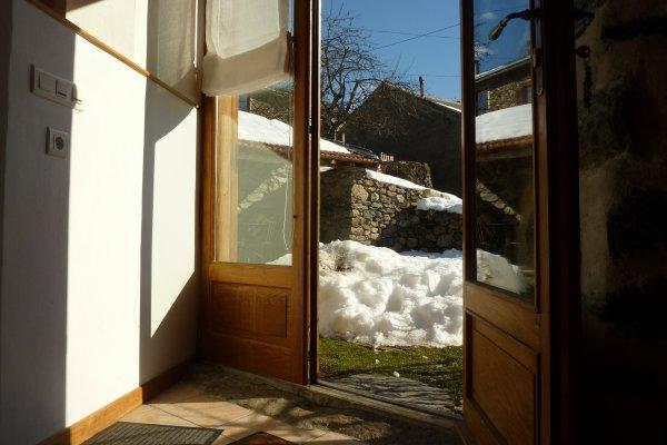 La terrasse ensoleillée de notre gîte de montagne, en Ariège Pyrénées