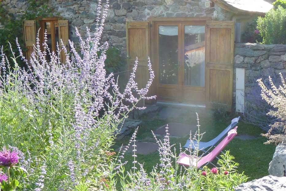 Terrasse et jardin clôt du gîte, en Haute Ariège