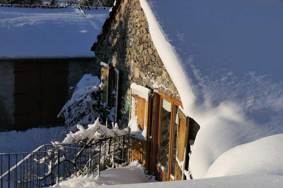 Le gîte en hiver, avec la neige. Raquettes, luge et bonhomme de neige, pour en profiter en famille.