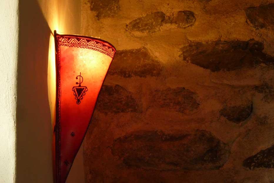 Le mélange bois, pierre, métal et lumière contribue à céer une ambiance chaleureuse