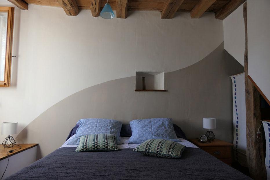 La chambre parents de notre location en montagne, lumineuse et confortable