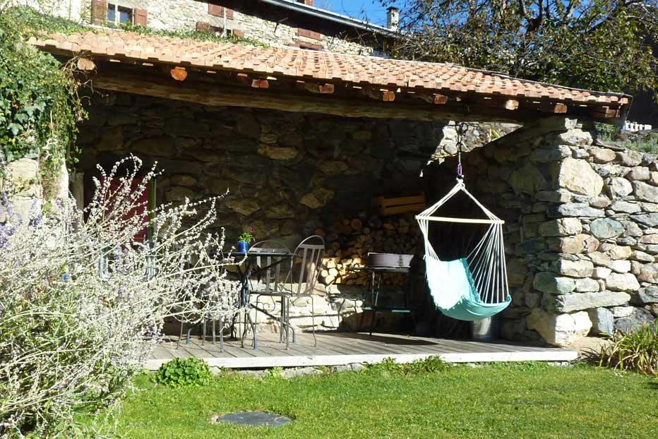 Belle terrasse avec barbecue et salon de jardin, exposée au sud