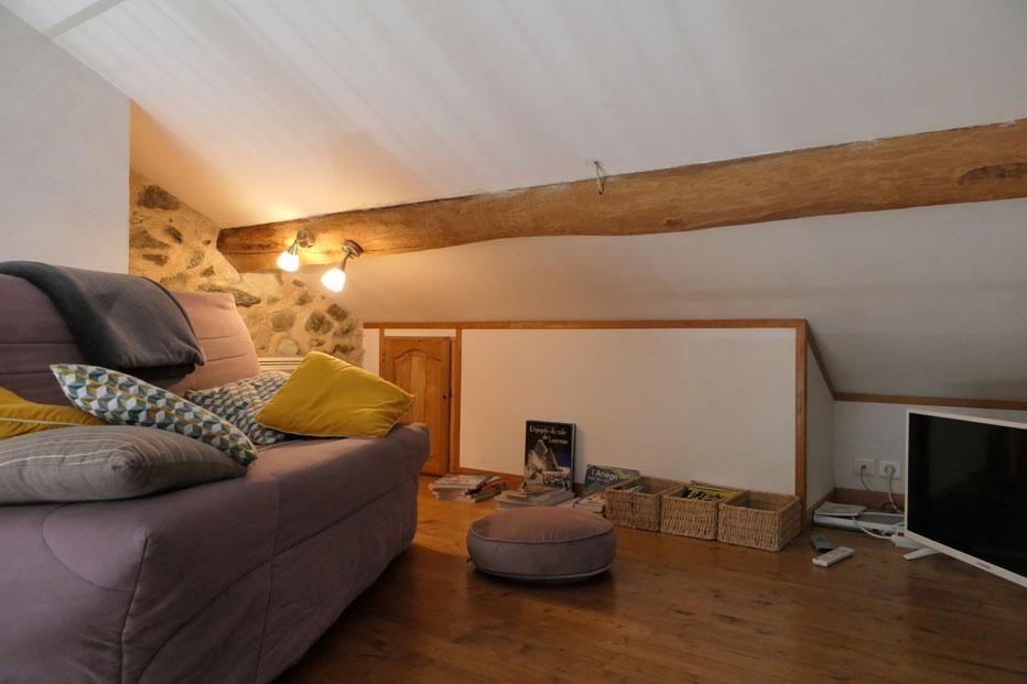 La mezzanine tout confort du gîte, avec télé, lecture, jeux, accès wifi