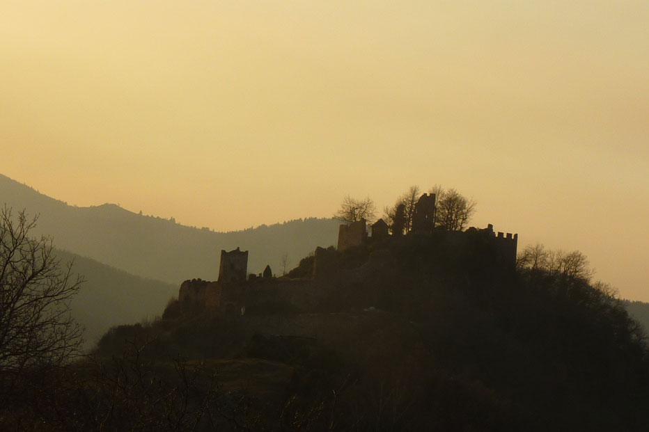 Autour du gîte : chateau cathare de Lordat, églises romanes, carrière de talc, grotte de Niaux et musée de la préhistoire