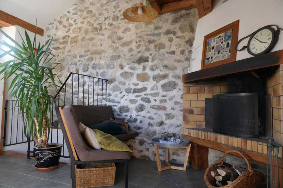 La belle cheminée de notre gîte de montagne, pour les moments de détente de vos vacances !