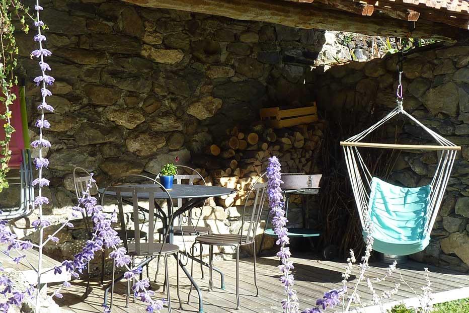 Terrasse et cabanon du gîte, pour des vacances et séjours sous le signe du calme et du repos !